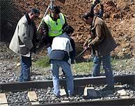 Agentes de la Guardia Civil y la Policía revisan la vía. (EFE)