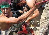 Un manifestante herido por los disparos de los soldados españoles en Nayaf. (AFP)