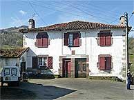 La casa de Saint-Michel donde se halló el arsenal. (AP)