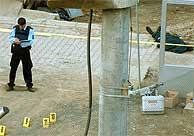 Un policía de la ONU trabaja en el lugar del suceso. (AP)