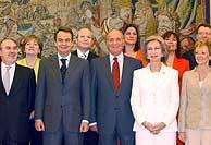 Foto 'de familia' de todos los ministros, con Zapatero y los Reyes. (EFE) VEA MÁS IMÁGENES