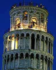 Imagen nocturna de la torre de Pisa. (AP)