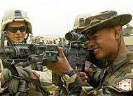 Un soldado hondureño prueba un arma ante un militar de EEUU. (AP)