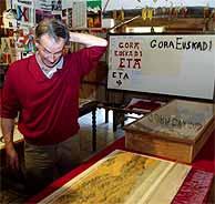 Zumalde, junto a parte de los objetos expuestos. (Carlos García)