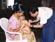 Consulta de MSF para tratamiento de la malaria en Burma. (Olivier Bonnet)