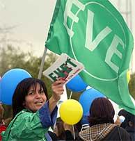 Una turcochipriota pide el voto por el 'sí'. (REUTERS)