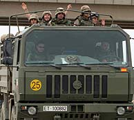 Soldados españoles que abandonan Irak, en la frontera con Kuwait. (REUTERS)