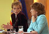 Fernández de la Vega (izda.) con la ministra de Educación. (EFE)