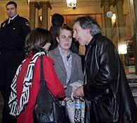 El dramaturgo Íñigo Ramírez de Haro habla con la subdirectora del Círculo de Bellas Artes. (R.Cases)