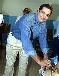 Martín Torrijos deposita su voto. (AFP)