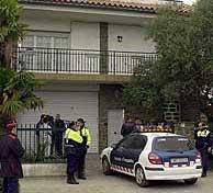 La casa de las víctimas, acordonada por la policía. (EFE)