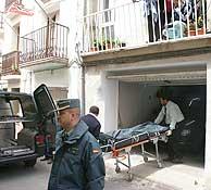 Un equipo de forenses procede al levantamiento de los cadáveres. (EFE)