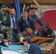 Kadyrov yace ensangrentado mientras un oficial pide ayuda. Vea la secuencia del atentado. (AP)