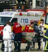Efectivos del SAMUR trasladan a una de las víctimas del 11-M en Atocha. (AFP)