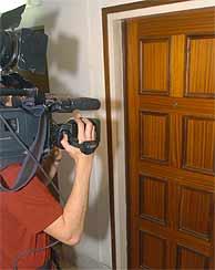 Un cámara ante la puerta del piso donde se cometió el asesinato en Barcelona. (EFE)