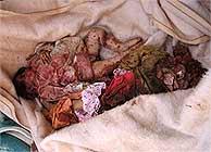 Cadáveres de dos niños. (AFP)