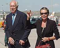 Víctor Manuel de Saboya y su esposa en Barajas. (EFE)