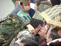 Un legionario recibido por sus familiares esta mañana en Almería. (EFE)