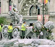 La Cibeles y sus leones, rodeados de flores. (EFE)