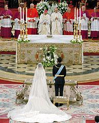 Vista general del altar de la catedral de la Almudena, durante la ceremonia del enlace. EFE