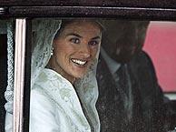 La novia llega en el Rolls Royce junto a su padre. (AFP)