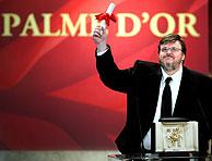 Michael Moore celebra su victoria en Francia. (Reuters)