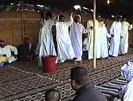 Varias personas bailan durante la celebración de la boda. (AP)