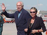 Víctor Manuel y su esposa Marina Doria, a su llegada a España, dos días antes de la boda. (EFE)