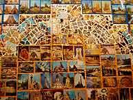 Uno de los paneles con postales de Barcelona. (EM)