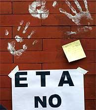 Imagen de un cartel con el rechazo a la banda. (EL MUNDO)