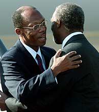 Thabo Mbeki recibiendo a Aristide en el aeropuerto. (REUTERS)