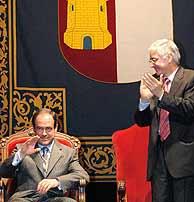 Bono saluda, tras recibir la Medalla de Oro de Castilla-La Mancha. (EFE)