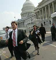 Trabajadores del Capitolio salen precipitadamente del edificio. (AP)