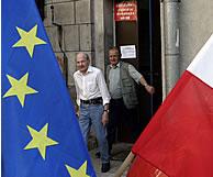Dos personas salen de un colegio electoral. (AFP)