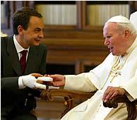Zapatero saluda a Juan Pablo II. (REUTERS)