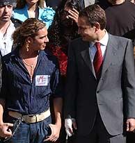 Zapatero y Bisbal charlan durante la 'foto de familia'. (Jaime Villanueva)