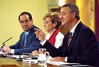 La vicepresidenta primera del Gobierno, acompañada del ministro de Trabajo (dcha.) y el de Defensa (izqd.) (EFE)