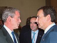 Zapatero conversa con Bush ante la mirada de Bono. (EFE)