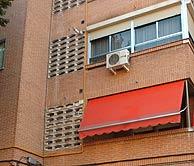 Vista del domicilio (con toldo) de Josefa Álvarez, asesinada por su marido. (EFE)