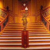 Reproducción de la escalinata de proa del buque.