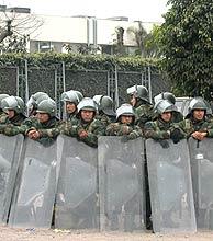Efectivos del Ejército peruano controlan uno de los ejes de acceso a la capital. (EFE)