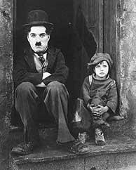 Charlie Chaplin y el pequeño Jackie Coogan en 'El chico'. (1921)