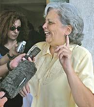 Martha Beatriz Roque habla con los medios tras ser liberada. (AFP)