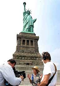 Fran Mainella, presidenta del Servicio Nacional de Parques, presenta la Estatua renovada. (EFE)