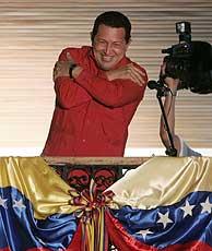 Hugo Chávez saluda a sus seguidores desde el 'balcón del pueblo'. (REUTERS)
