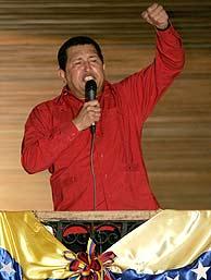 Hugo Chávez proclama su victoria en el Palacio de Miraflores. (AFP)