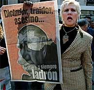 Un familiar de una víctima de la represión de la dictadura chilena. (AFP)