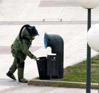 Las fuerzas de seguridad buscando el artefacto explosivo de A Coruña. (AFP)