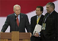 Cheney visita las instalaciones del Madison Square Garden, donde se celebra la convención. (AP)