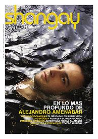 Amenábar aparece rodeado de agua en la portada de la revista (Shangay)